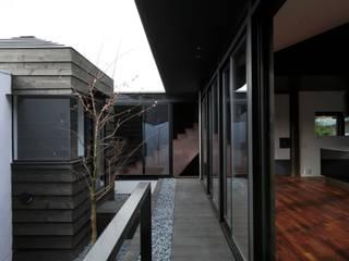 COLORS: キューボデザイン建築計画設計事務所が手掛けたベランダです。,