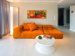 Beleuchteter Lounge Tisch als perfekter Begleiter zu farbigem Sofa.:   von Moree Ltd.