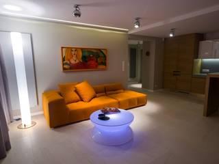 Modernes Wohnzimmer, farbig beleuchtet.:  Wohnzimmer von Moree Ltd.