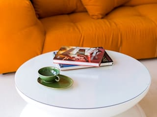 Modernes Wohnzimmer mit farbigem Sofa!:  Wohnzimmer von Moree Ltd.
