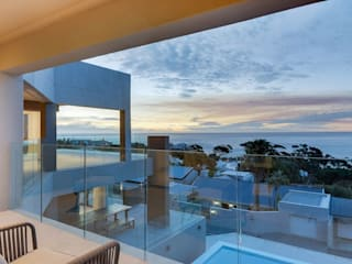 Apostles View:  Balcony by FRANCOIS MARAIS ARCHITECTS