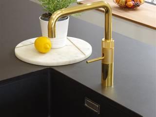Matte Black kitchen with limited edition golden tap by Quooker Nhà bếp phong cách hiện đại bởi PTC Kitchens Hiện đại