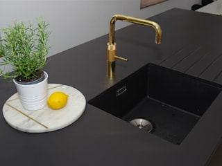 Matte Black kitchen with limited edition golden tap by Quooker 모던스타일 주방 by PTC Kitchens 모던