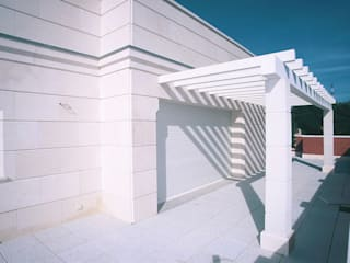Classic style balcony, veranda & terrace by Estudio de Arquitectura Juan Ligués Classic