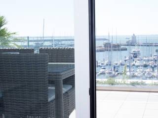 Modern balcony, veranda & terrace by Estudio de Arquitectura Juan Ligués Modern