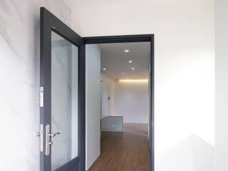 Pasillos y hall de entrada de estilo  por 소하  건축사사무소    SoHAA, Moderno