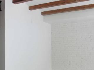Reforma integral de una vivienda en Barcelona, Margarit,: Paredes de estilo  de Divers Arquitectura, especialistas en Passivhaus en Sabadell