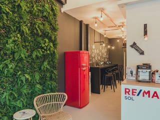 Mobiliario para Inmobiliaria REMAX:  de estilo industrial de DESVAN VINTAGE, Industrial