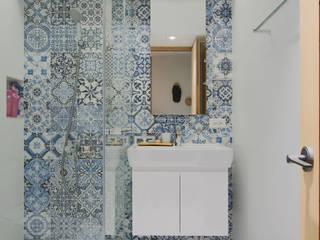 Apartment L:  浴室 by 六相設計 Phase6