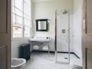 Baños de estilo clásico de studio lenzi e associati Clásico