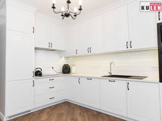 Biała drewniana kuchnia: styl , w kategorii  zaprojektowany przez Zakład Stolarski Kulenty,