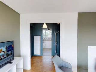MIINT - design d'espace & décoration Pasillos, vestíbulos y escaleras de estilo moderno Azul