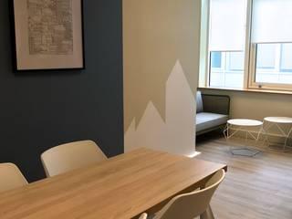 MIINT - design d'espace & décoration Clínicas de estilo escandinavo Azul