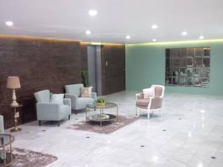LOBBY TECAMACHALCO Pasillos, vestíbulos y escaleras clásicas de IINGENIO CONSTRUCTORES Clásico