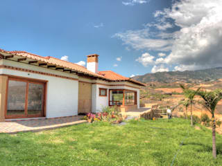 Rustic style house by cesar sierra daza Arquitecto Rustic