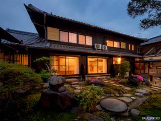 築80年、2階建て床面積86坪 外壁に焼き杉を張って、シックな家に: 株式会社菅野企画設計が手掛けた木造住宅です。,