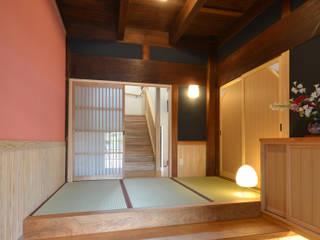 築80年、2階建て床面積86坪 外壁に焼き杉を張って、シックな家に: 株式会社菅野企画設計が手掛けた廊下 & 玄関です。,