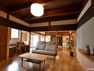 築80年、2階建て床面積86坪 外壁に焼き杉を張って、シックな家に 和風デザインの リビング の 株式会社菅野企画設計 和風