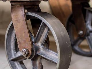 Niedriger Couchtisch mit massiven Stahlrollen im industriellen Fabrik Chic.: industriell  von arborala,Industrial