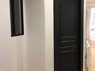 Rénovation d'un appartement de 50m2 à Bordeaux Couloir, entrée, escaliers modernes par Intérieur Essentiel Moderne