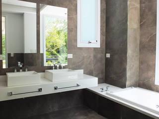 ห้องน้ำ โดย Estudio Machelett,