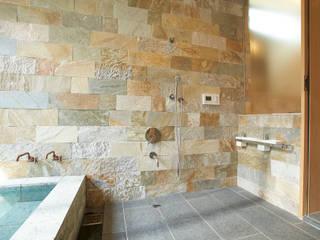 ヴィラ箱根 掛け流し温泉のある別荘: ミナトデザイン1級建築士事務所が手掛けた浴室です。,モダン