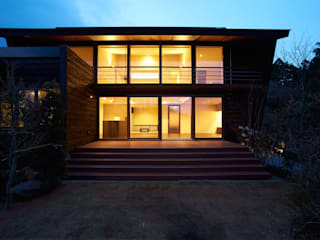 ヴィラ箱根 掛け流し温泉のある別荘: ミナトデザイン1級建築士事務所が手掛けた別荘です。,モダン