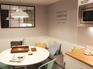 Sala del personal de la clínica Dental Echeverría: Clínicas de estilo  de Obra de Eva,