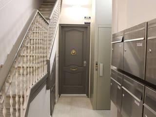 Rehabilitación portería Tres Torres: Pasillos y vestíbulos de estilo  de Obra de Eva,