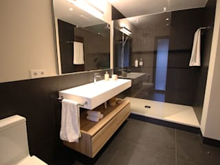 La elegancia de un baño lleno de contrastes: Baños de estilo  de Obra de Eva,
