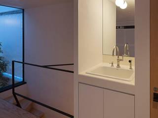 Minimalistyczny korytarz, przedpokój i schody od arbol Minimalistyczny