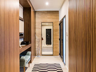 ShiStudio Interior Design Modern corridor, hallway & stairs Wood