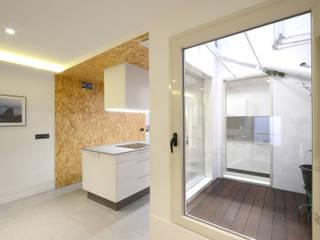 Iluminando un piso en semisótano LIQE arquitectura Cocinas pequeñas Acabado en madera