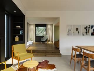 Lucky no. 7 Moderne woonkamers van Studio Govaerts Modern