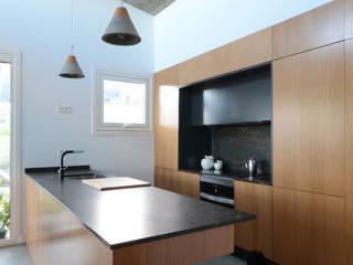 Vivenda rural en Vilaboa LIQE arquitectura Cocinas de estilo minimalista