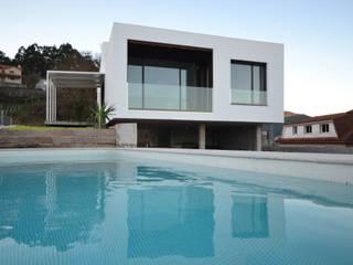 Vivenda rural en Vilaboa LIQE arquitectura Piscinas de jardín