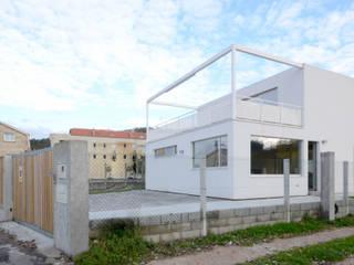 Vivienda en Vilariño LIQE arquitectura Balcones y terrazas de estilo minimalista