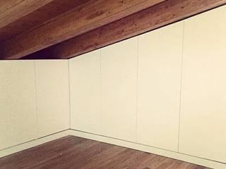 cabina armadio su misura.:  in stile  di simona rossetti