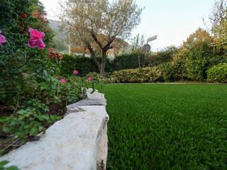 Bellissimo giardino colorato in Provincia di Brescia: Giardino anteriore in stile  di Lizzeri S.n.c.