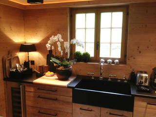 Wohnungsumbau in Chalet:  Einbauküche von RH-Design Innenausbau, Möbel und Küchenbau Aarau