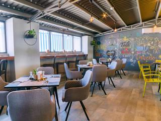 Diseño Integral  Punto medio Cafeteria: Restaurantes de estilo  por MoisesMedinaDesign