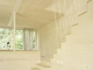 Hervorragendes Raumklima und nachhaltige Bauweise durch Massivholz:  Wohnzimmer von AMUNT Architekten in Stuttgart und Aachen
