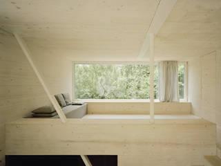 Wohnzimmer mit Fenster ins Grüne:  Wohnzimmer von AMUNT Architekten in Stuttgart und Aachen