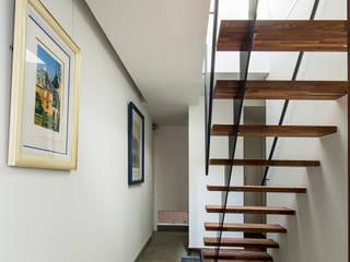 Escaleras de estilo  de 今井賢悟建築設計工房, Moderno
