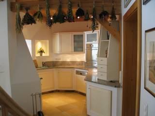 offene Küche in einem Einfamilienhaus: modern  von Schreinerei Böckelen,Modern