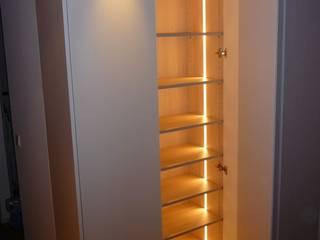Schlafzimmerschrank beleuchtet: modern  von Schreinerei Böckelen,Modern