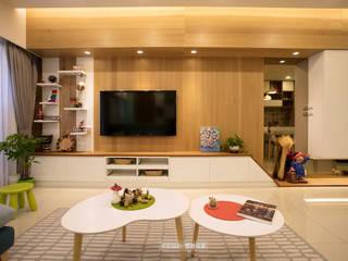 【極  光】:  客廳 by 欣和室內規劃設計有限公司