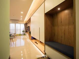 【極  光】:  走廊 & 玄關 by 欣和室內規劃設計有限公司