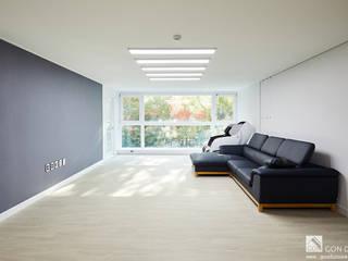 Salon moderne par 곤디자인 (GON Design) Moderne