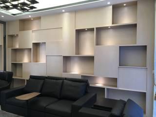 與外面觀音石呼應的櫃體:  客廳 by 台中室內設計裝修|心之所向設計美學工作室